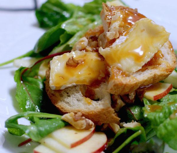 焼きカマンベールがトロリ。りんごとグリーンを合わせたサラダ|簡単レシピ