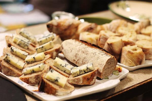 チーズを美味しく食べるためのパン選び。5つのポイントとは?