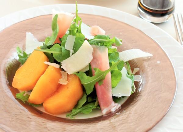 うま味たっぷりのチーズで仕上げる。柿と生ハムのサラダ | 簡単レシピ