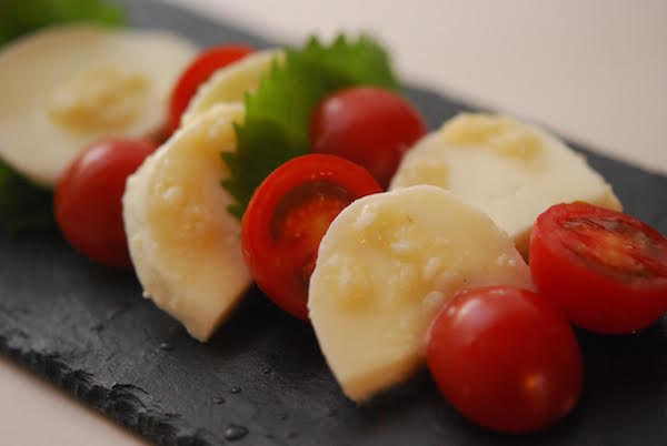 モッツァレラに塩麹。発酵のうま味でお酒も進む一品に | 簡単レシピ