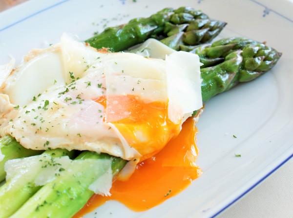 とろ〜り卵&パルミジャーノ・レッジャーノたっぷりの温製サラダ| 簡単レシピ