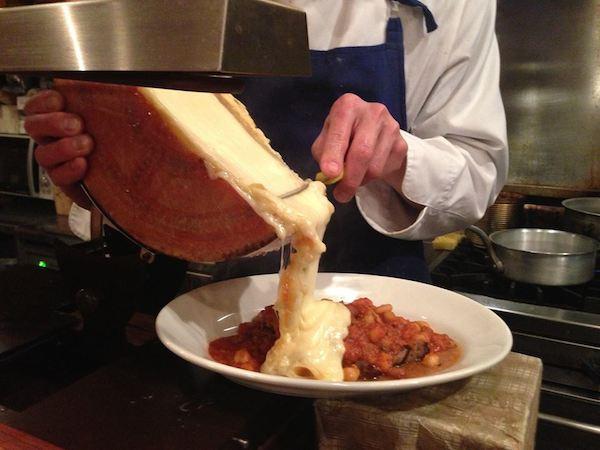 《ハイジの国のチーズたち》とろけたチーズをざーっと!「ラクレット」