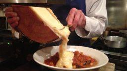 とろけたチーズをざーっと!「ラクレット」のストーリー&美味しい食べ方